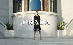 'A Stranger Calls', shot by Steven Meisel  For its Holiday 2020 campaign, Prada has opted for a noir atmosphere, in a thriller with a vintage touch written by one of the most interesting voices on the contemporary literary scene. In fact, the best-selling author Candice Carty-Williams is the pen who wrote the short story – conceived and written specifically for Prada. In this cinematographic context and language, which revolves around a mystery to be solved, Prada accesso