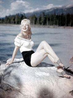 世代を越えて憧れる、いつの時代も色褪せない往年アイコンのスタイルからおしゃれのヒントをピックアップ! 第5回目は1950年代を代表する元祖セックスシンボル、マリリン・モンロー。ブロンドヘアに真っ赤なリップ、グラマラスなボディで世界中の男性を虜にしたマリリン。ボディコンシャスなドレスをまとったセクシーなイメージが強いマリリンだけれど、意外にカジュアル&ヘルシーなスタイリングも得意だった! そんな知られざるマリリンのファッションをチェック。