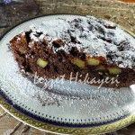 Elmalı kek bir mucize benim için, elmalı kakaolu kek ise mucizenin gerçekleşmiş hali. Şimdi güzel bir kahve, ya da demli bir çay veya bir kocaman bardak süt ile harika gidecek bir kek tarifi...