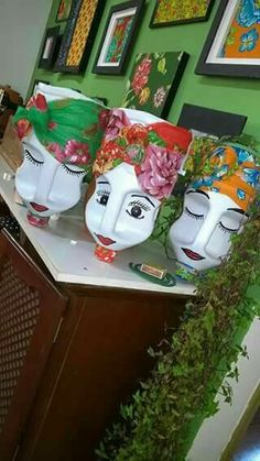 Plastic Bottle Planter, Plastic Bottle Flowers, Plastic Bottle Crafts, Recycle Plastic Bottles, Diy Garden Projects, Garden Crafts, Diy Arts And Crafts, Fun Crafts, Beer Cap Art