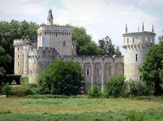Château-Guillaume: Forteresse médiévale entourée d'arbres ; sur la commune de Lignac, dans le vallon de l'Allemette, dans le Parc Naturel Régional de la Brenne