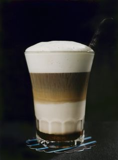 The physics of coffee - for coffee and science lovers alike. Coffee Facts, Coffee Culture, Barista, Glass Of Milk, Health Tips, Physics, Fun Facts, Lovers, Science