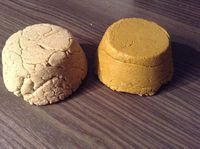 To make your shampoo solid, you will only need water, oil or vegetable butter, plant powder or clay and a surfactant. Diy Shampoo, Solid Shampoo, Shampoo Bar, Healthy Beauty, Clean Beauty, Beauty Care, Diy Beauty, Homemade Cosmetics, Natural Lifestyle