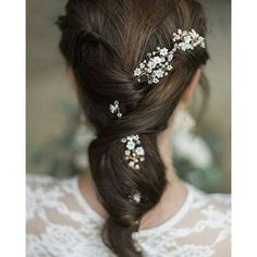 Soft twists with fresh flowers. A perfect hairstyle for a beautiful wedding.  #weddingphoto #bridalhair #hairstyles #hairflower #especialz #hairaccessories #hairstyles #weddingblogger #weddingday #instawedding #instahair #lovelybride