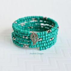 Aqua braceletMemory wire bracelet Wrap bracelet por AnukritiDesigns