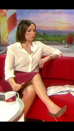 Love the modesty gesture of pulling down the skirt, while the viewers are hoping the hem will go the other way. Sexy Older Women, Classy Women, Sexy Women, Holly Willoughby Legs, Sexy Bluse, Bbc Presenters, Tv Girls, British Actresses, New Girl