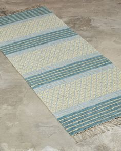 A striking design combining both decoration and tradition. Best suited for narrow spaces, such as hallways or as a bedside rug. Loom Weaving, Hand Weaving, Minimalist Bedroom, Woven Rug, Handmade Rugs, Beach Mat, Outdoor Blanket, Textiles, Rag Rugs