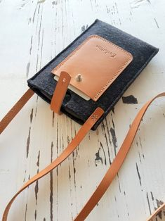 Leather Diy Crafts, Leather Gifts, Leather Bags Handmade, Leather Projects, Leather Craft, Leather Accessories, Leather Jewelry, Great Graduation Gifts, Iphone Cases
