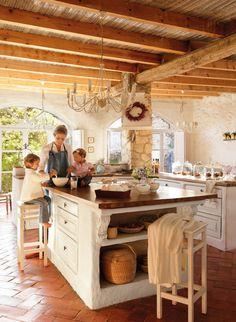 Cocina  Muebles diseño de Pamela Köster con base de obra y cajones de Ikea. Jarrón de Floristería María Aliaga y taburetes de Ikea.