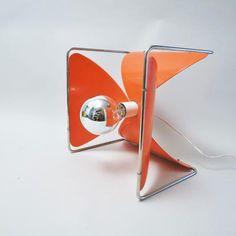 Créateur: JL. Rignault Lampes à poser à 4 pétales orange sur une structure en fil chromé Editeur: Rignault Année de...
