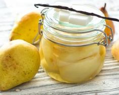 Poires au sirop léger à la vanille : http://www.fourchette-et-bikini.fr/recettes/recettes-minceur/poires-au-sirop-leger-la-vanille.html