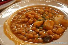 Aprende a preparar potaje madrileño con esta rica y fácil receta.  En una olla express con la mitad de agua cocemos los garbanzos, el laurel, 2 ajos con cáscara y el...