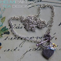 Kaulakoru kruunulukolla, Äiti sydänamuletilla ja kirkkaalla kristallilla <3 Itsellesi tai lahjaksi voit hankkia täältä http://www.helmipaikka.fi/tuotteet.html?id=13/3333