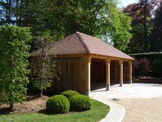 Carport made by Man at Work (Belgium)   carport avec une charpente en chêne, tenons et mortaises à l'ancienne bardé d'un bois ancien.