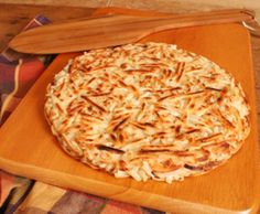 Potato Roesti or Rosti - traditional Swiss potato dish served as a crispy side dish or snack. A Food, Good Food, Food And Drink, Yummy Food, Potato Rosti Recipe, Swiss Recipes, Skillet Potatoes, Potato Cakes, Potato Dishes