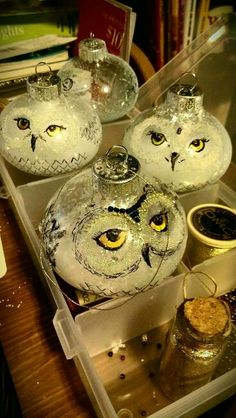 In this DIY tutorial, we will show you how to make Christmas decorations for your home. The video consists of 23 Christmas craft ideas. Painted Christmas Ornaments, Christmas Owls, Christmas Projects, Christmas Holidays, Christmas Decorations, Tree Decorations, Deco Noel Harry Potter, Natal Do Harry Potter, Harry Potter Christmas