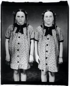 Mary Ellen Mark (theme of twins that also crops up in Diane Arbus' work) Mary Ellen Mark, Diane Arbus, Vintage Twins, Vintage Children, Costume Halloween, Halloween Photos, Steve Mccurry, Triplets, Siblings