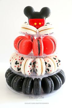 Gorgeous Mickey Mouse Macaron tower for a birthday party! Chocolate and Caramel… Gorgeous Mickey Mouse Macaron tower for a birthday party! Chocolate and Caramel flavours. Disney Desserts, Cute Desserts, Disney Food, Delicious Desserts, Yummy Food, Comida Disney, Macaroon Cookies, Shortbread Cookies, Macaron Tower
