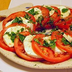 Receta de Ensalada Caprese. Una receta facil, deliciosa y fresca, ideal para la primavera y el verano, aunque se puede tomar todo el año. Es una ensalada italia