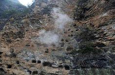 In der zentralchinesischen Provinz Hubei hat man insgesamt 131 sogenannte hängende Särge entdeckt. Dabei handelt es sich um eine Begräbnisart, bei der die Särge in Felswänden platziert wurden. Die …