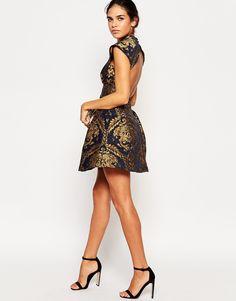 Image 4 - Chi Chi London Petite - Robe patineuse structurée style baroque à…