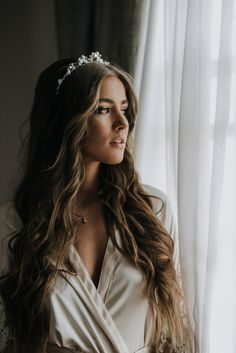 wedding hairstyles with tiara Bridal Hair Down, Loose Wedding Hair, Long Hair Wedding Styles, Wedding Hair And Makeup, Wedding Hair Accessories, Long Hair Styles, Tiara Hairstyles, Loose Hairstyles, Wedding Hairstyles