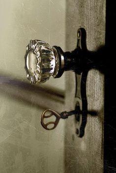 Glass door knobs and old keys Door Knobs And Knockers, Glass Door Knobs, Knobs And Handles, Door Handles, Vintage Door Knobs, Antique Door Knobs, Vintage Keys, Vintage Doors, Antique Hardware