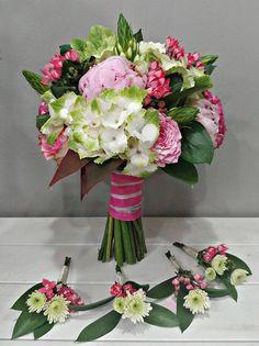 Ramo de novia primaveral  #ramodenovia #bridalbouquet #brautstrauss #prendidos #hortensia #verde #rosasdejardin #peonias #rosas #bouvardia #fuscia #pink #ornitogalum #bodas #novias