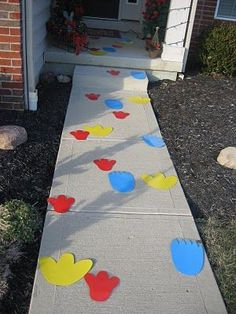 Elmo, Cookie Monster, & Big Bird footprints leading into your Sesame Street party!some very cute birthday party ideas! Monster Birthday Parties, Elmo Party, Birthday Fun, First Birthday Parties, Birthday Ideas, Sofia Party, Festa Moana Baby, Cookie Monster Party, Sesame Street Party