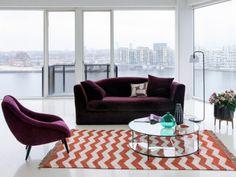 Un canapé en velours prune pour un salon esprit arty-cosy