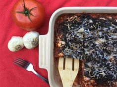 Baked black bean spaghetti creates crispy noodles on top and layers of low-carb, high-protein pasta below. Black Bean Pasta, Black Bean Spaghetti, Black Bean Noodles, Baked Spaghetti, Spaghetti Recipes, Pasta Recipes, Bean Recipes, Vegetarian Recipes, Healthy Recipes