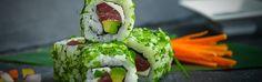 """Le """"green roll vegetarien"""" de Planet Sushi. Difficulté: Moyen. 15' de préparation pour 6 rolls. Ingrédients: 85 g de riz vinaigré  30 g de thon  15 g d'avocat  15 g de concombre  ½ feuille d'algues nori  Coriandre, aneth et ciboulette  Un filet de mayonnaise  Matériel : Makisu (natte en bambou)"""
