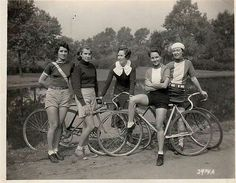 Vintage Cycle Chic Girls - Riding Fixed Velo Vintage, Vintage Cycles, Vintage Bikes, Mode Vintage, Vintage Motorcycles, Cycle Chic, Bicycle Race, Bicycle Girl, Bicycle Helmet