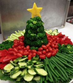 Holiday Vegetable Trays are festive, easy to make, healthy & delicious! Add fun … Holiday Vegetable Trays are festive, easy to make, healthy & delicious! Add fun to your Christmas table with one of these great vegetable/ fruit tray ideas. Christmas Veggie Tray, Christmas Party Food, Christmas Brunch, Xmas Food, Christmas Appetizers, Christmas Cooking, Christmas Tree, Christmas Fruit Ideas, French Christmas