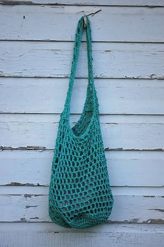 The perfect bag to take with you to the farmer's market or any of your shopping errands. The pattern uses double crochet throughout, while the handles are reenforced with single crochet.