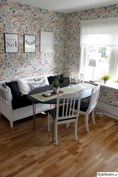Scandinavian Wallpaper, Scandinavian Interior, Brick And Mortar, Wall Colors, Beautiful Homes, Dining Chairs, New Homes, House Ideas, Living Room