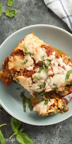This Spinach Ricotta Slow Cooker Lasagna is as easy as it gets -- no cooking meat or lasagna noodles beforehand! Just layer everything in the crockpot and let it cook. Perfectly cheesy and loaded with spinach! Healthy Crockpot Recipes, Slow Cooker Recipes, Cooking Recipes, Cooking Bacon, Slow Cooking, Crockpot Meals, Cooking Time, Beef Recipes, Slow Cooker Lasagna