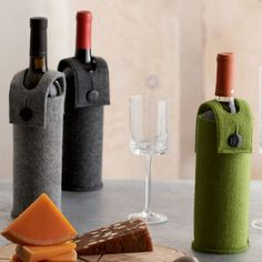 felted wine bottle holder pattern | Hold your bottle of wine with this charming felt wine holder!