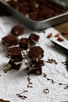 Vegan chocoladefudge met kokosmelk en amandelen
