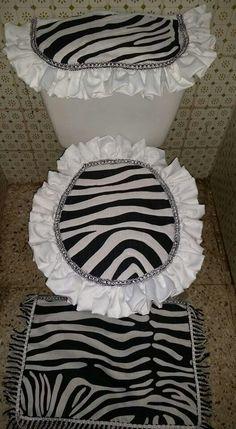 Bathroom Towel Decor, Bathroom Crafts, Bathroom Sets, Grandma Crafts, Farmhouse Window Treatments, Yarn Flowers, Wedding Bottles, Pillow Tutorial, Diy Apartment Decor