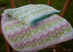 The Marshmallow Baby Blanket is lightweight and soft - just like a marshmallow! This easy crochet baby blanket is a round crochet pattern. Your baby will snuggle up in this baby blanket crochet pattern, or you could make it as a cute gift. Motifs Afghans, Afghan Crochet Patterns, Crochet Afgans, Baby Afghan Crochet, Baby Afghans, Crochet Gratis, Free Crochet, Confection Au Crochet, Crochet Patron