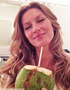 Que penser de l'eau de coco ? Les stars comme Jessica Alba ou les mannequins comme Gisele Bündchen ne jurent que par elle ! L'eau de coco, pauvre en sucre et riche en minéraux, serait particulièrement hydratante et bénéfique pour le corps. Que penser de cette boisson exotique qui a envahi les rayons de nos supermarchés ? D'où vient cet engouement et est-il vraiment justifié ?