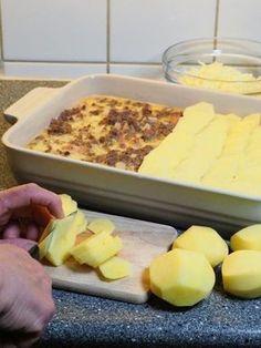 Elg med potetlokk er enkel og god mat laget av malt elgkjøtt, smakfulle poteter og andre gode ingredienser. Dette er mat for store og små.