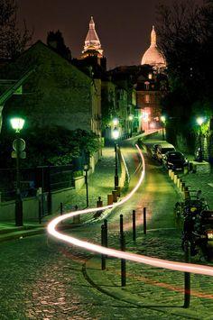 Filé à toute allure - Filé de scooter le long de la rue de l'Abreuvoir, dans le quartier de Montmartre à Paris, non loin de la place Dalida.