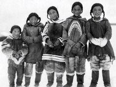 1925年、カナダ、毛皮の外套を着たイヌイットの少女たち。