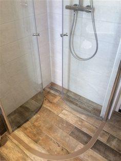Afbeeldingsresultaat voor ruimtebesparende douchewand Small Shower Room, Small Showers, Small Bathroom, Corner Shower Doors, Mini Bad, Bathroom Inspiration, Toilet, Bathtub, Home Decor