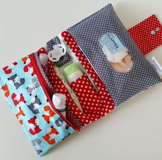Handgemachtes Baby, Baby Kit, Baby Sewing Projects, Sewing For Kids, Sewing Tutorials, Couture Bb, Nappy Wallet, Diy Bebe, Baby Presents