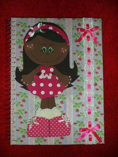 Caderno revestido com tecido de boa qualidade, decorado com passa fita e apliques de botão, boneca em e.v.a. vestido de pano.