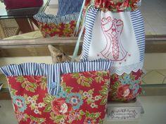 RESERVE Nouveau Sac à lingerie coton fleuri rouge BUSTIER brodé main sur lin doublé : Autres sacs par l-atelier-de-diane