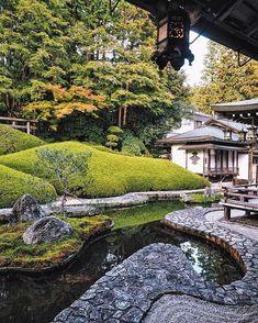 So much Zen in a photo I've just edited all my photos from our stay on Koya-san. Moss Garden, Garden Stones, Water Garden, Japanese Garden Design, Japanese House, Japanese Gardens, Japan Garden, Japanese Architecture, Bonsai